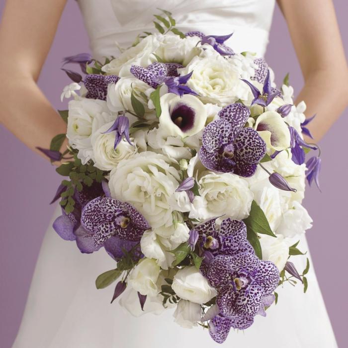 blumengestecke zu jedem anlass, eine braut mit weißen und violetten blumen zur hochzeit, gesteck selber machen