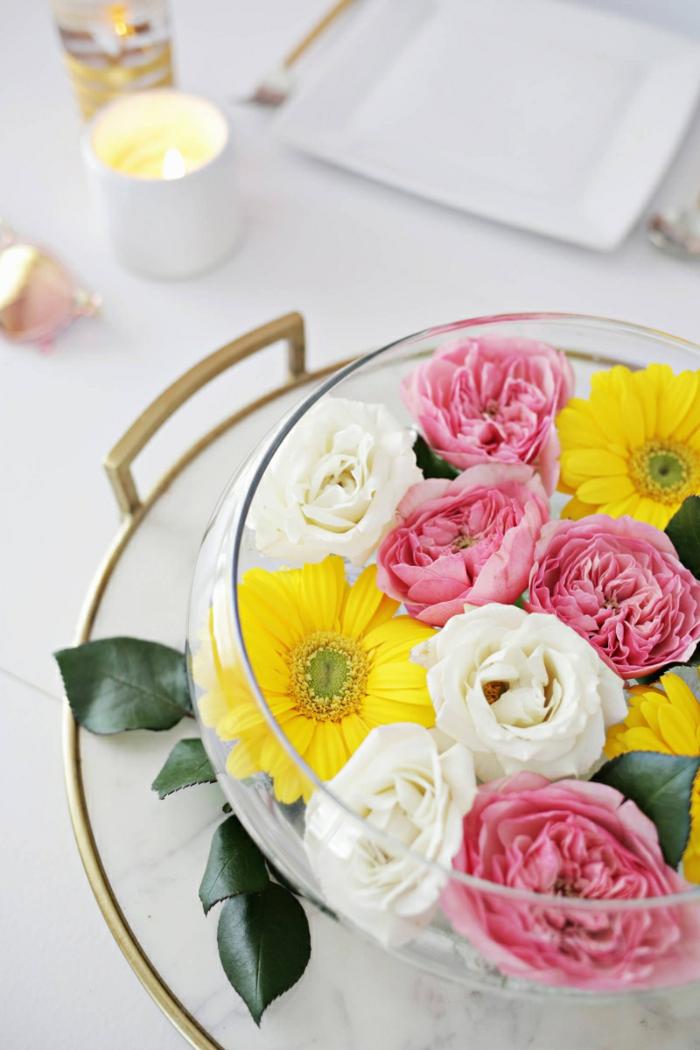 bunte tischdeko geburtstag idee, in einer transparenten schüssel stehen bunte blumen in farben rosa, weiß und gelb, sommerliche laune durch deko schaffen