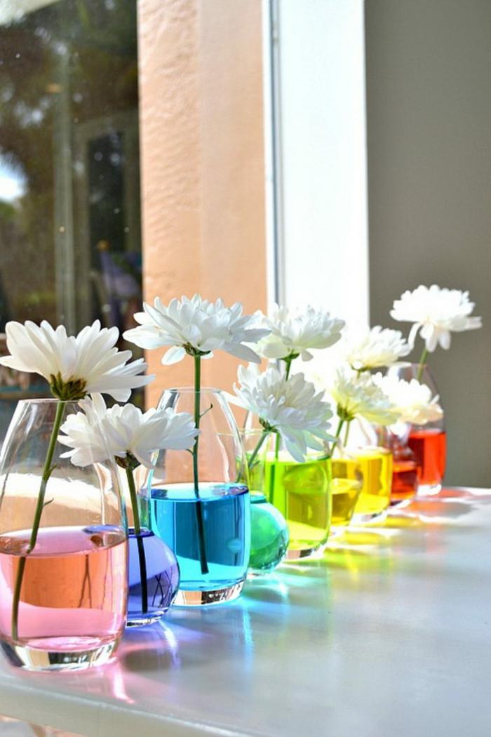 buntes wasser in den vasen für die blumen, tischdeko selber machen, margariten, gänseblümchen schön gestalten