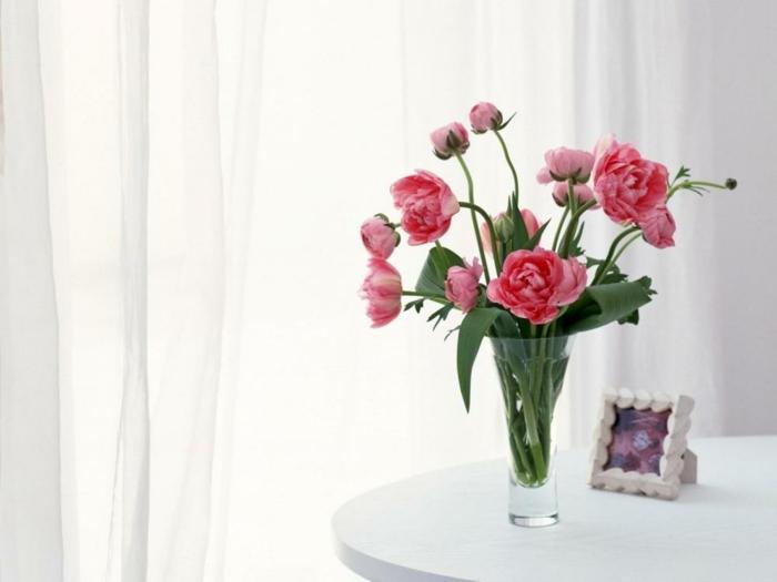 schlafzimmer tischdeko selber machen, eine transparente glasvase mit rosa rosen für frisches gefühl beim aufwachen, bilderrahmen