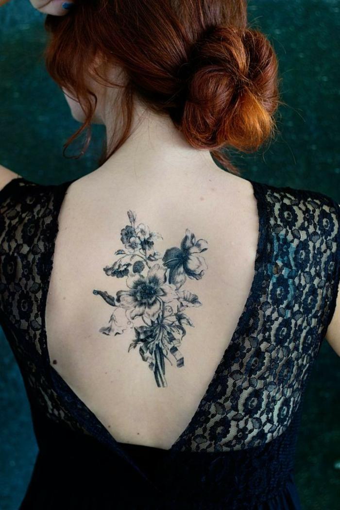 vergissmeinnicht tattoo am rücken, rothaarige dame hat sich die haare gebunden, rückenloses kleid