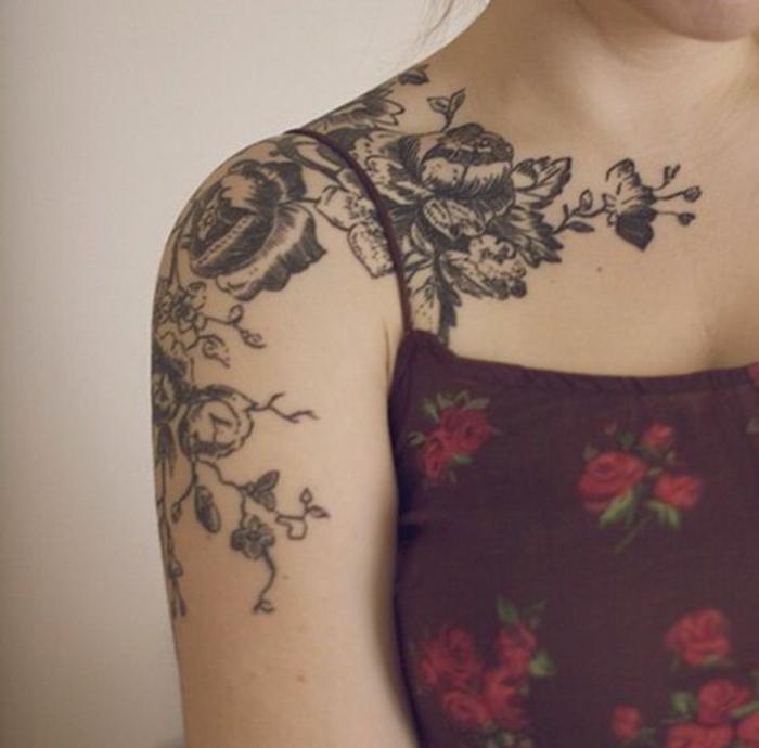vergissmeinnicht tattoo und andere ideen hier, schultertattoo und kleid in rot mit blumenmotive