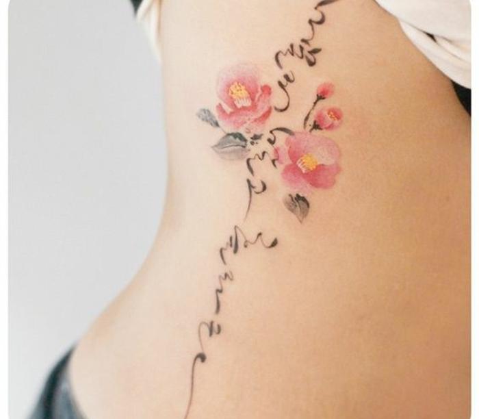 vergissmeinnicht tattoo vorlage am körper, bunte blumentattoos, rosa und orange odee inklusive aufschrift