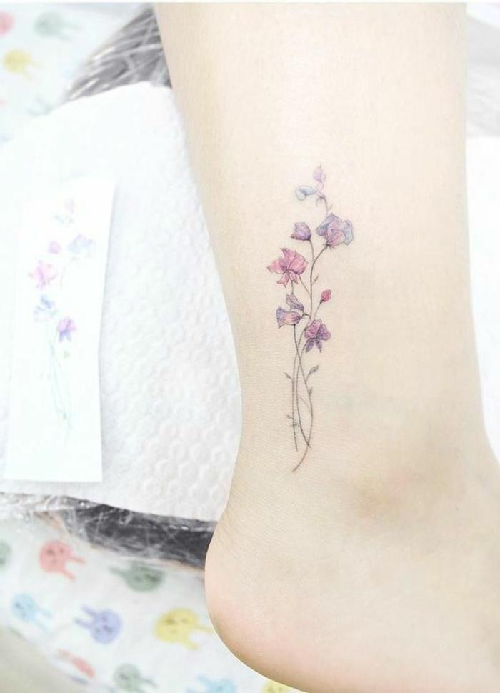 vergissmeinnicht tattoo, kleines tattoo am fuß, viele blumen verflechten sich, wasserfarbe tattoos