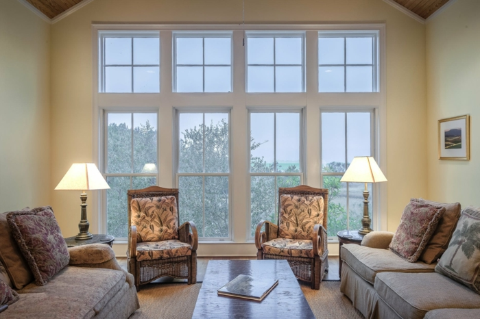 eine symmetrische Einrichtung, Wohnideen Wohnzimmer, zwei Stehlampen