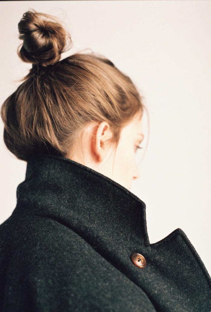 braune Haare, Dutt Haare, ein schwarzer Mantel, schnelle und einfache Frisur