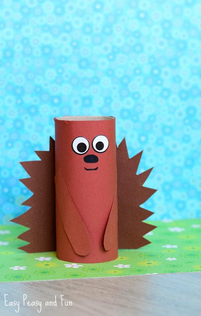 ein brauner Igel mit einer lustigen Miene, Spielzeug für Kinder, Basteln mit Klorollen