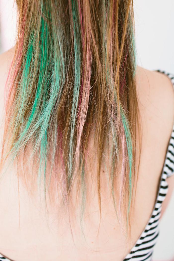 Haare in Regenbogenfarben, grüne rosa und rote Strähnen, Frisur für den Abiball