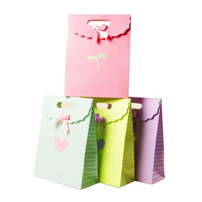 Geschenktüten falten, kleine Bildchen auf bunten Tüten, vier Stücke mit schönen Schleifen