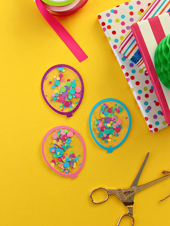 Kleine Ballons aus Papier und Folie basteln, mit Konfetti füllen, Bastelidee für Kinder