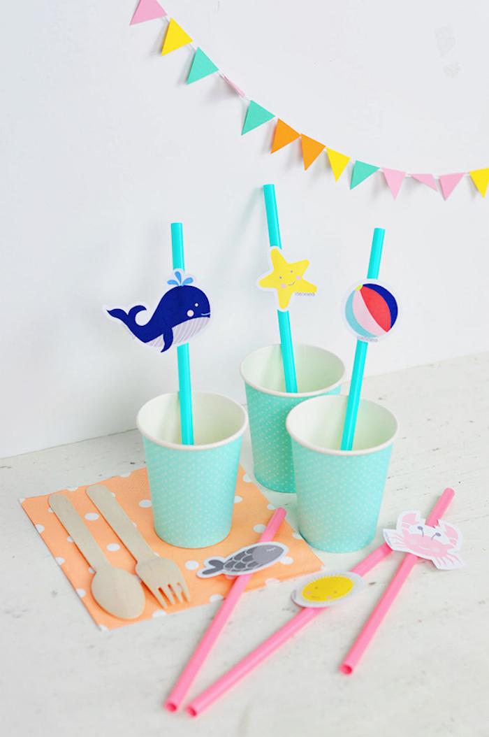 Geburtstagsparty für Kinder organisieren, Strohhalme mit Sommer Motiven und Papier Girlande