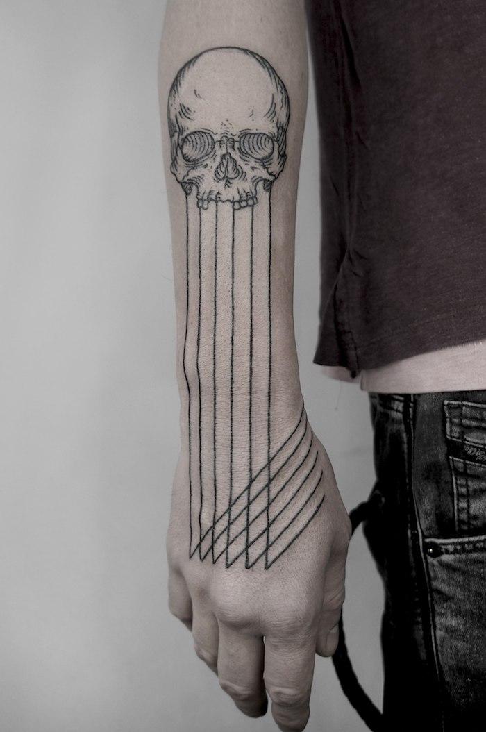 Tattoo am Unterarm und an der Hand, sich Totenkopf stechen lassen