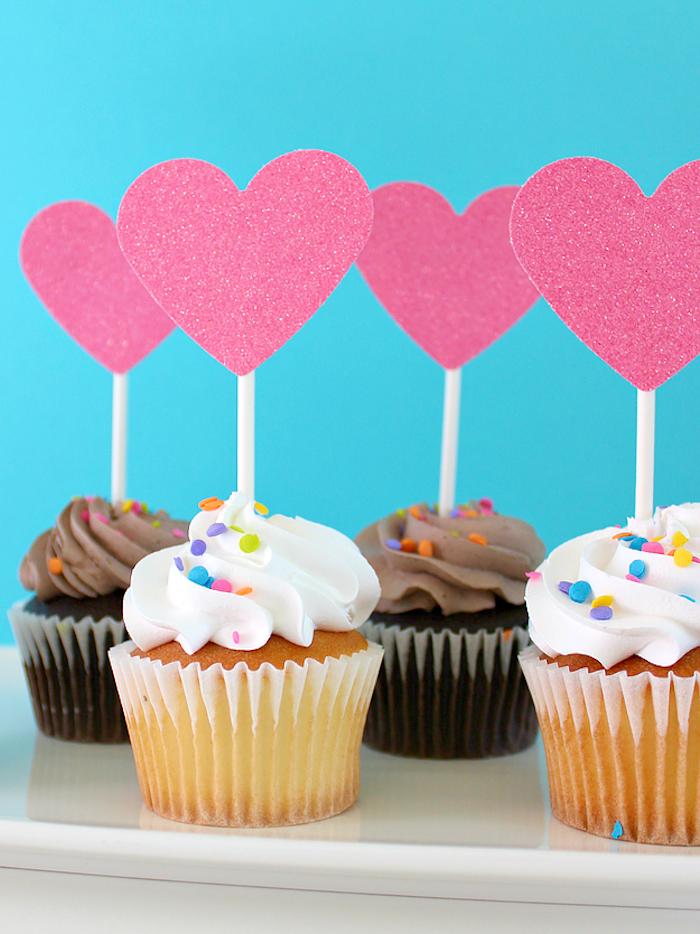 Cupcakes dekorieren, mit Sahne und Zuckerstreuseln, Herzen aus Papier mit Glitter