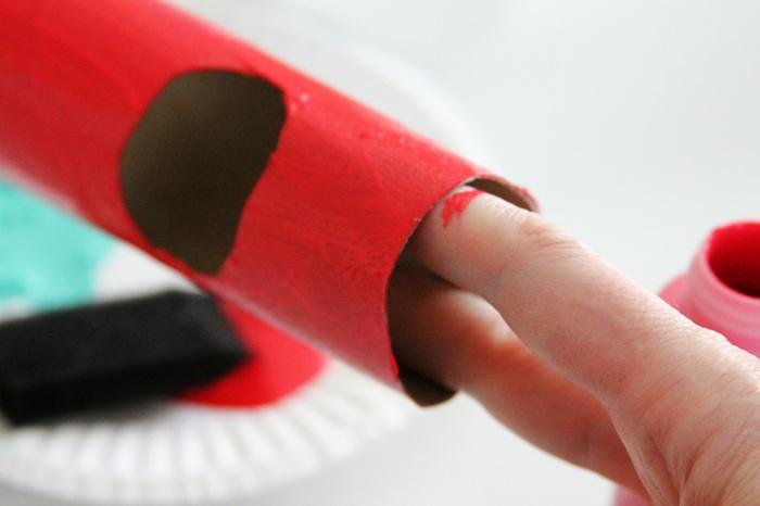 rote Klorollen basteln, ein Stück für das Gesicht ausschneiden