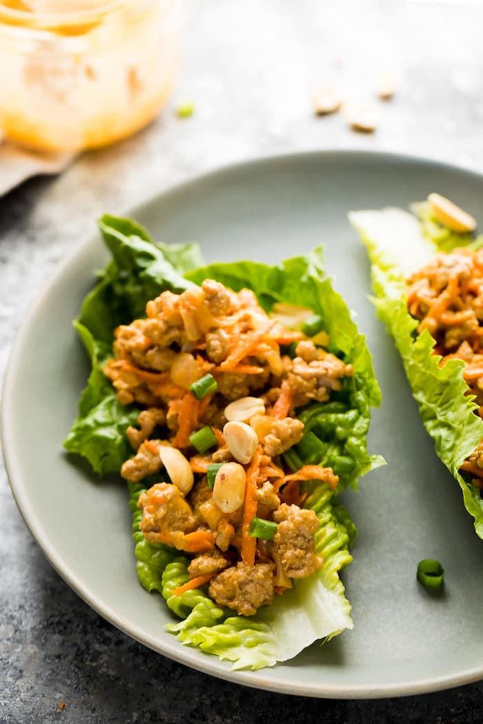 diät abendessen, grünem salat mit hackfleisch, erdnüssen und karotten, turhene