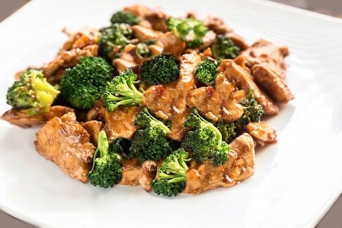 diät abendessen, fleisch mit gemüsen, hühnchenbrust mit sojasoße und brokkoli