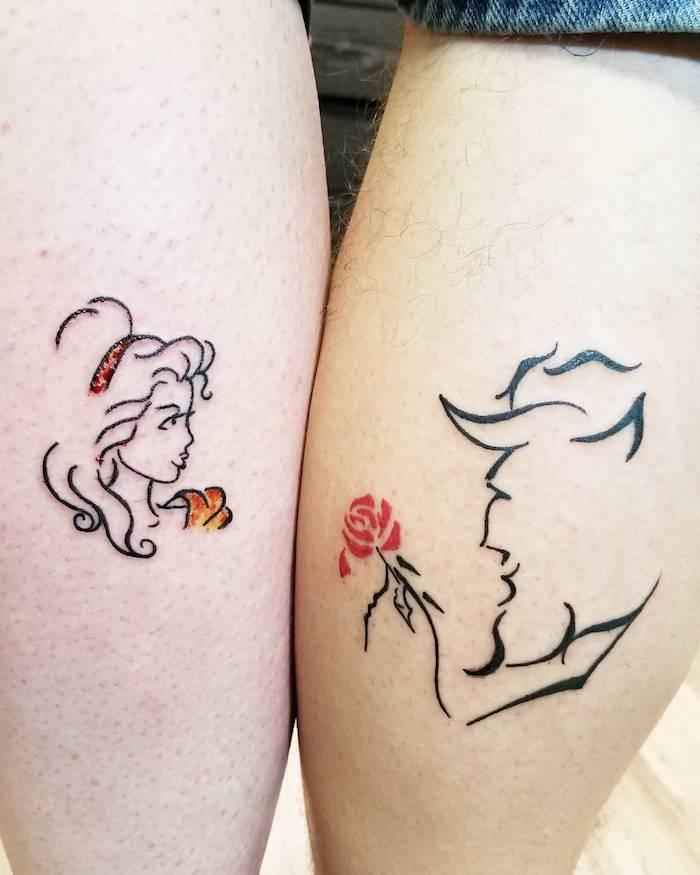 die schöne und das biest, zwei kleine winzige schwarze tätowierungen mit einer roten rose, zwei beine mit partnertattoos