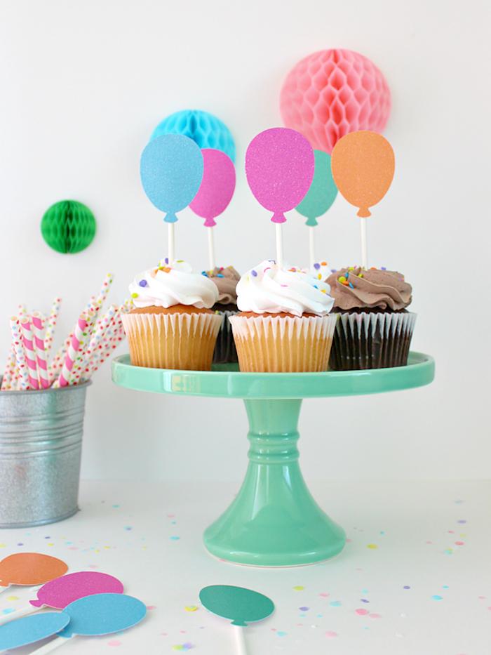 Cupcakes dekorieren, mit Sahne und Zuckerstreuseln, bunte Ballons aus Papier mit Glitter