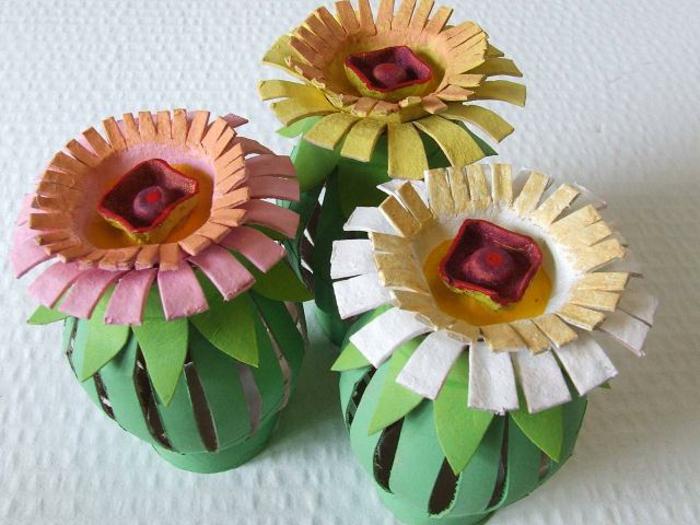 Kloppapierrollen basteln Blumen, drei Blumen mit grünen Stängel und bunte Blüten