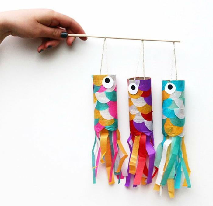 drei Fische auf einem Stock, bunte Fische, was kann man aus Klopapierrollen machen