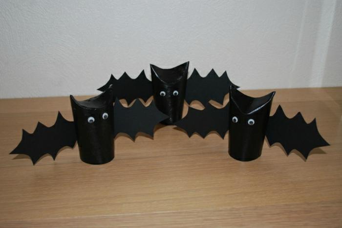 Deko für Halloween aus Klorollen, drei schwarze Fledermäuse, Bastelideen mit Klopapierrollen