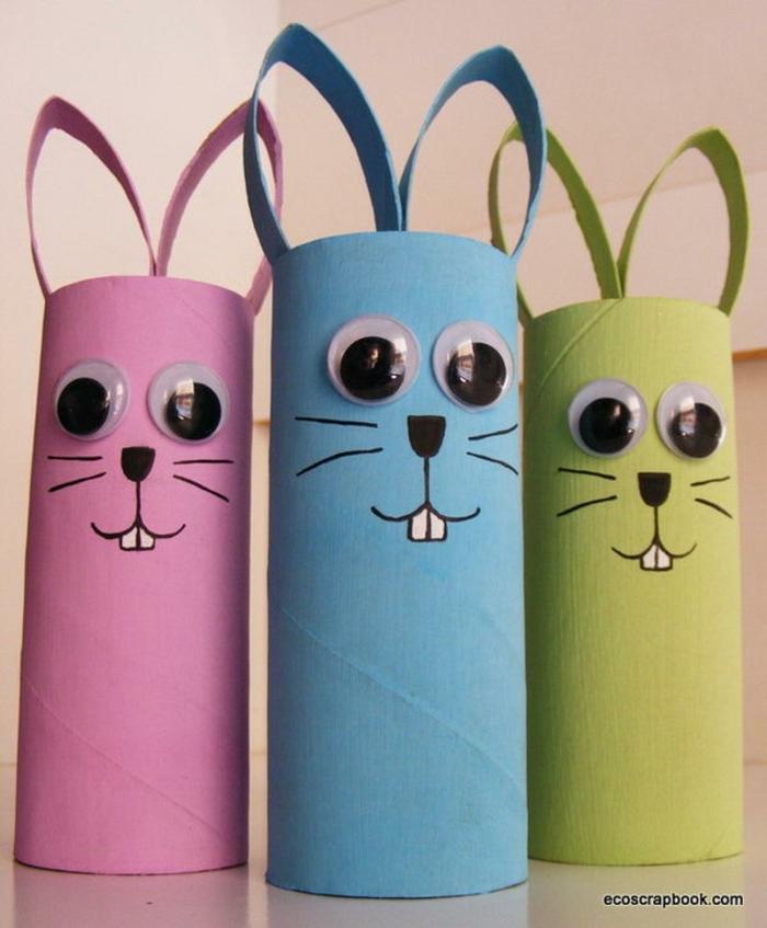rosa, blauer und grüner Hase mit Googly Augen, Was kann man aus Klopapierrollen machen