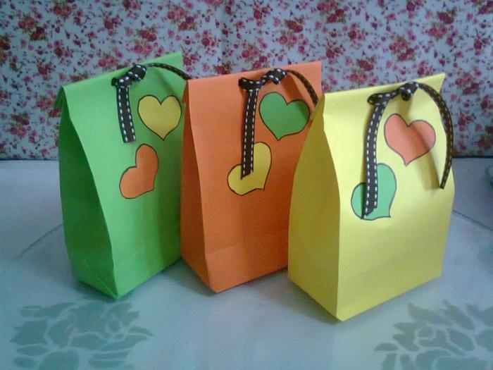 drei kleine Tüten mit Herzen in verschiedenen Farben, Geschenktüte basteln