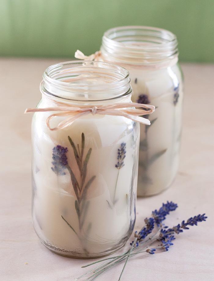 Lavendel Duftkerze selbstgemacht, in Einmachglas, mit Schnur dekoriert