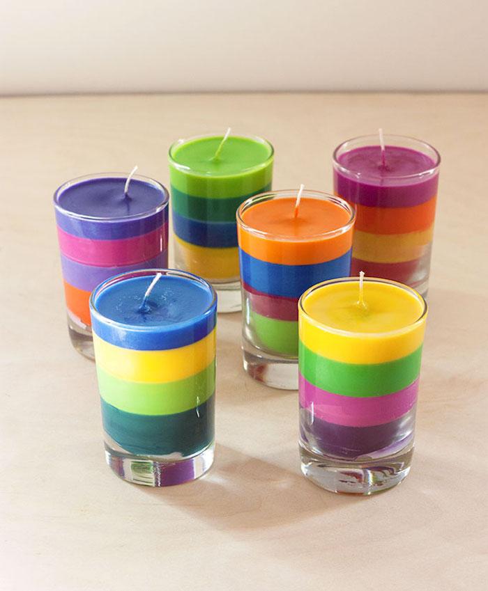 Bunte Kerzen selber machen, Paraffin Wachs in vier Farben, Tischdeko für fröhliche Stimmung