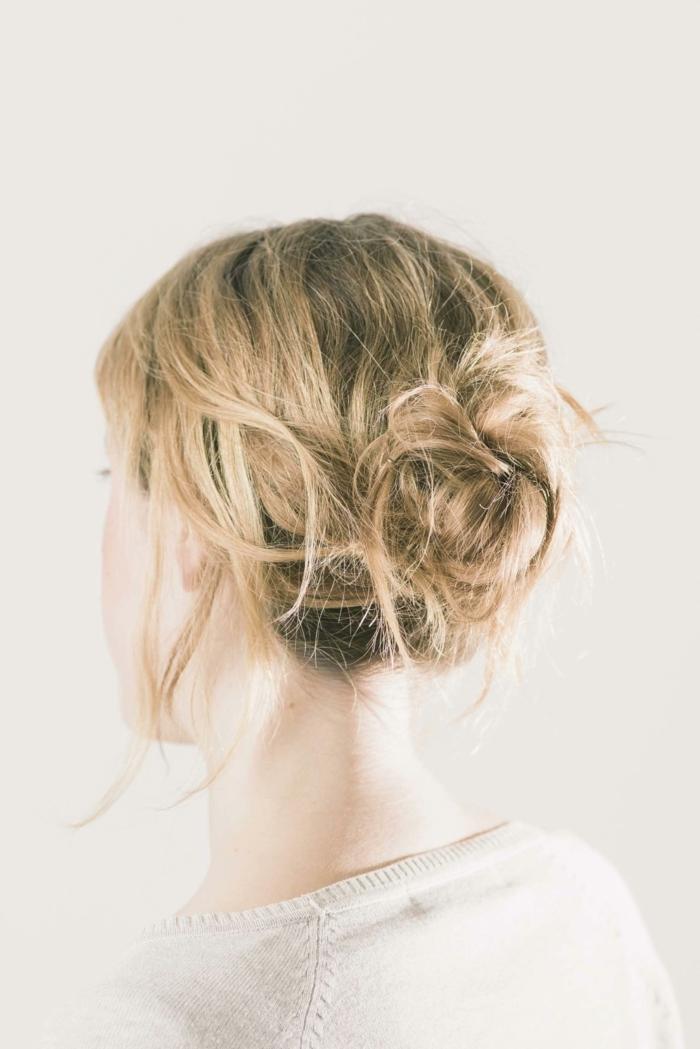 lockerer Dutt, blonde Haare mit Bayage Effekt, Dutt wie Schmetterling