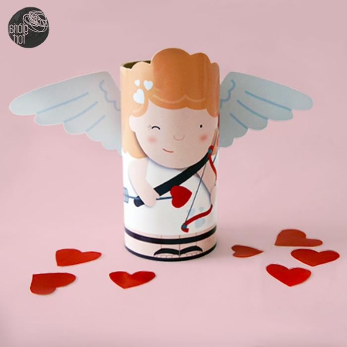 ein Amor mit kleinen Herzen, Basteln mit Klopapierrollen, aus einer Vorlage