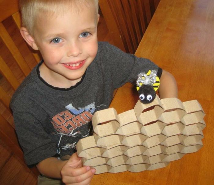 ein kleiner Junge mit Bienenkorb und eine kleine Biene Spielzeug, Bastelideen mit Klopapierrollen