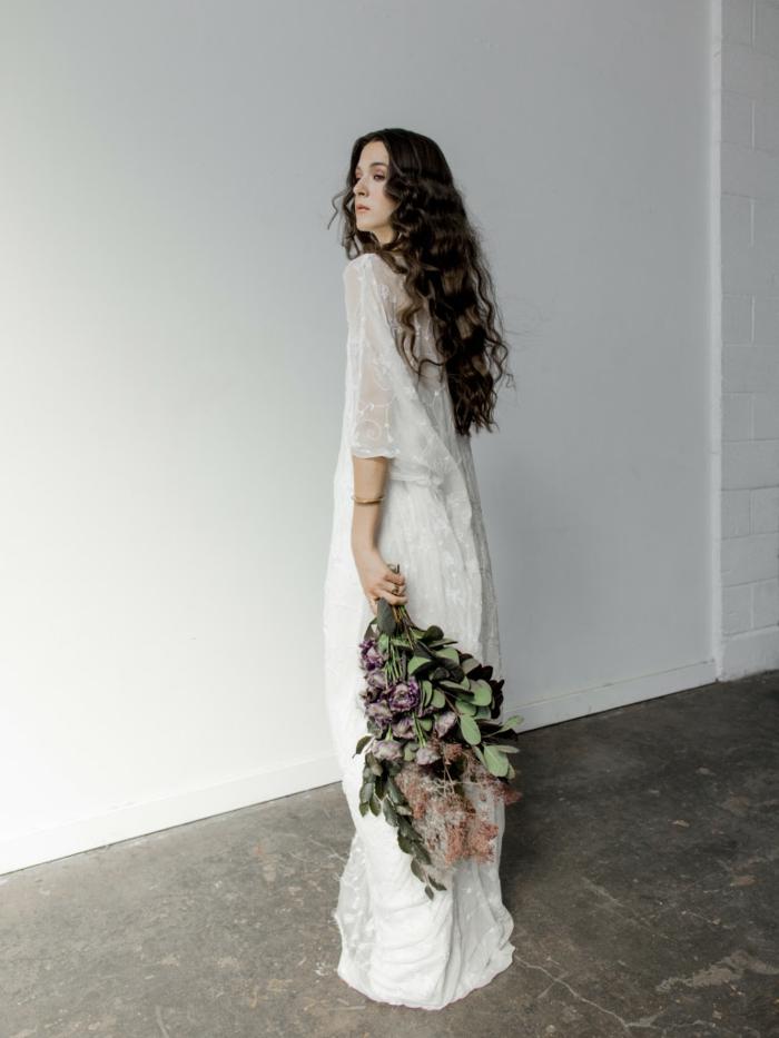 lässige Boho Brautkleid, ein großer Brautstrauß aus natürlichen Blumen