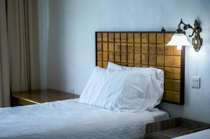 Bett mit weißer Bettwäsche, was passt zu Grau, Nachttische, Leselampe