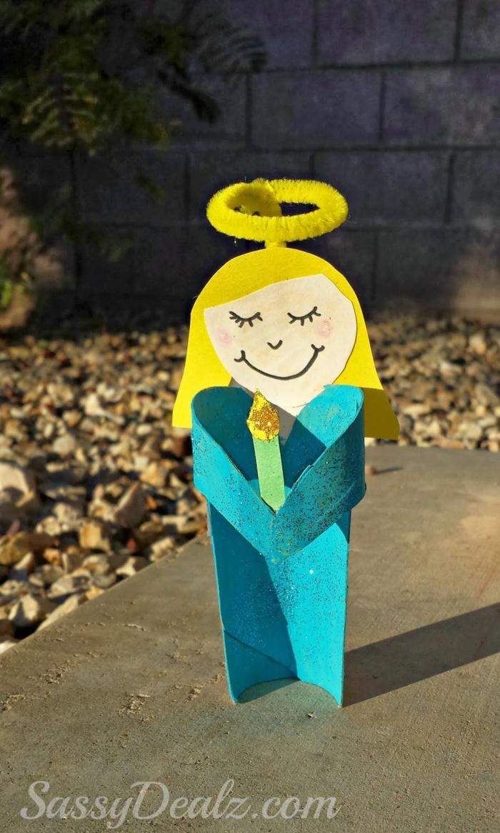 ein blonder Engel mit blauer Gewände, eine Kerze in der Hand, Klopapierrollen basteln mit Kindern