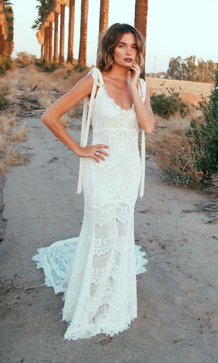 ein typisches Boho Hochzeitskleid, wie gestrickt mit Spitze, auf einem wilden Hintergrund