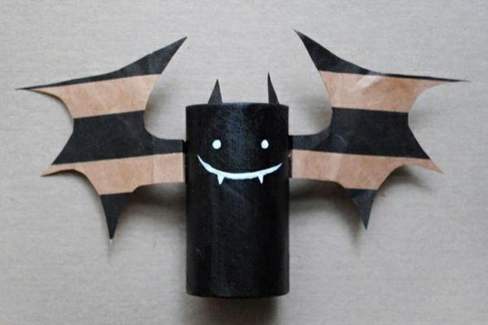 schwarze Fledermaus mit Flügel in brauner und schwarzer Farbe, Bastelideen mit Klopapierrollen