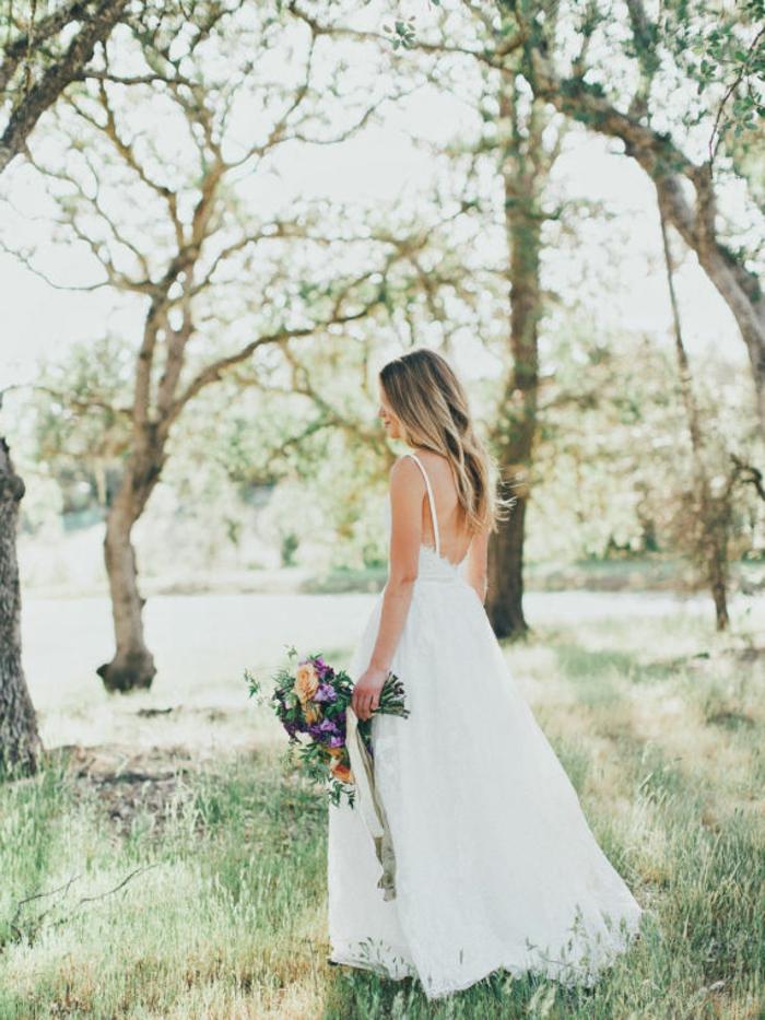 Boho Brautkleid, bodenlanger Rock, nackter Rücken, ein vintage Blumenstrauß