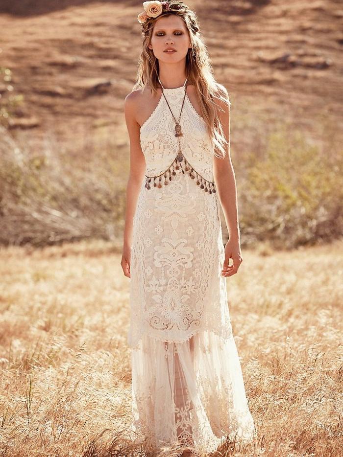 ein Spitzenkleid, eine braune Kette, Boho Brautkleid mit viel Spitze, rosa Blumen im Haar