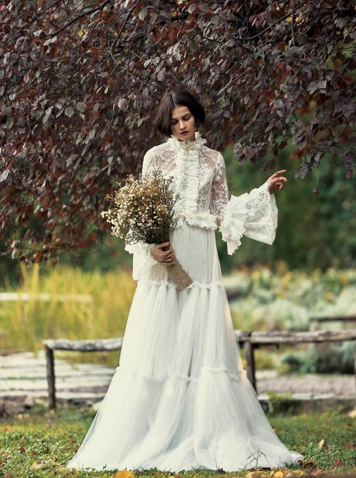 ein vintage Hochzeitskleid, Blumenstrauß aus weißen Blumen, Brautkleid aus zwei Teile