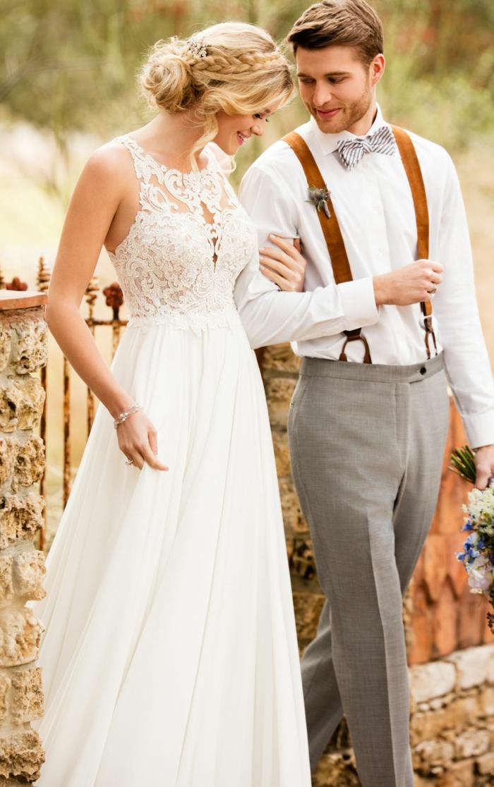 Boho Brautkleid von einer blonden Braut, Ihr Ehemann ist in vintage Outfit