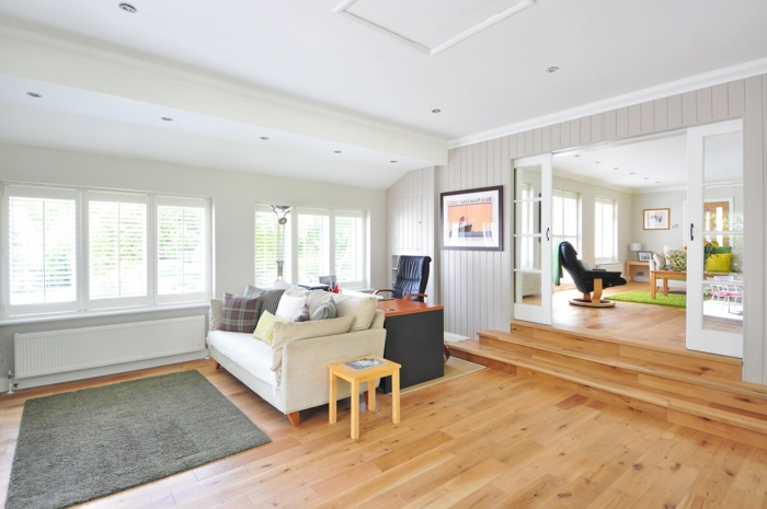 kleines Wohnzimmer einrichten, moderne Wohnzimmer mit einem grauen Teppich, weißem Sofa