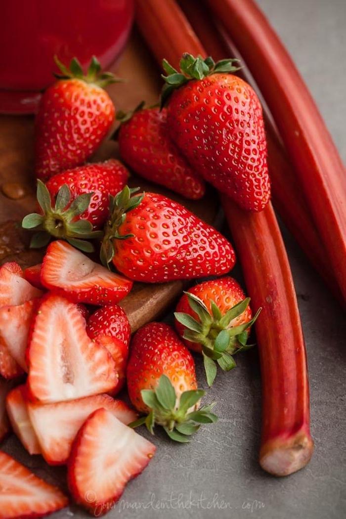 rote geschnittene erdbeere und lange rote rhabarber pflanzen, erdbeer rhabarber marmelade rezepte, rhabarber zubereiten
