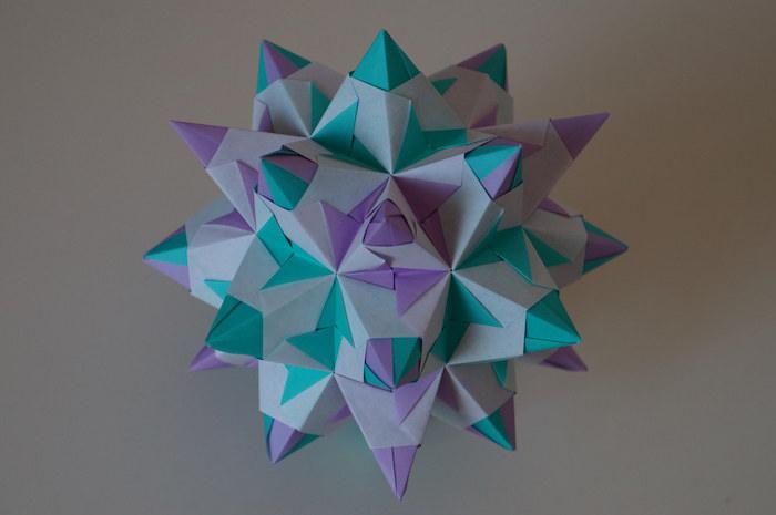 ein großer bascetta szern aus papier und mit vielen kleinen violetten und grünen strahlen, origami sterne falten aus papier, bascetta stern falten