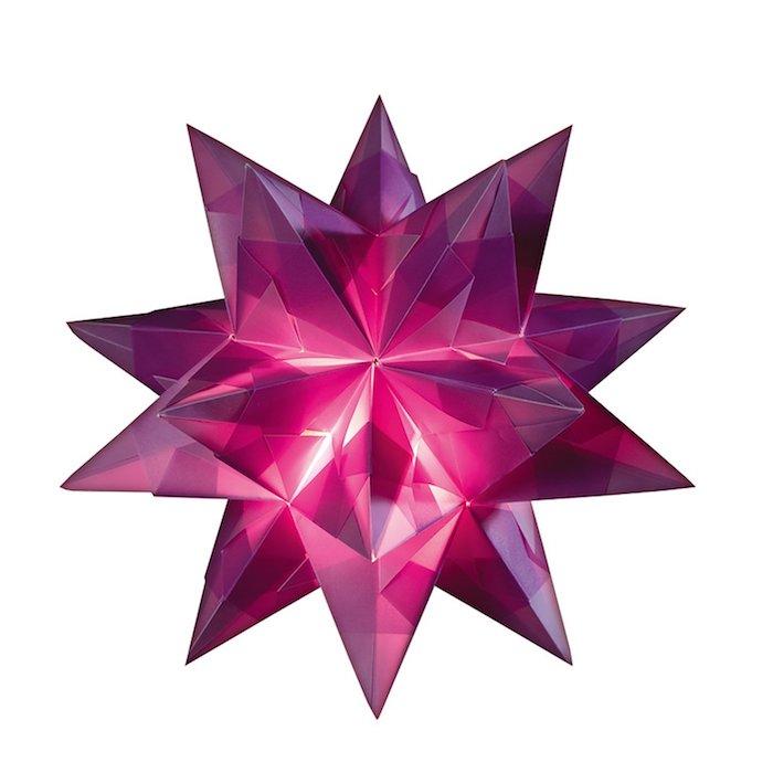 origami sterne falten, ein großer violetter bascetta stern mit leuchten und aus einem violetten papier