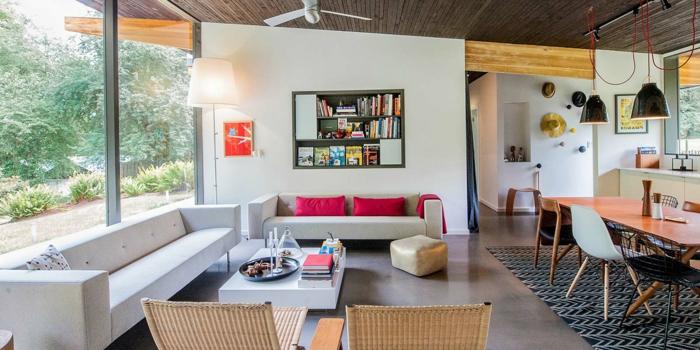 weiße Sofas, rote Kissen, weißer Couchtisch, Rattan Stühle, grauer Boden, moderne Wohnzimmer