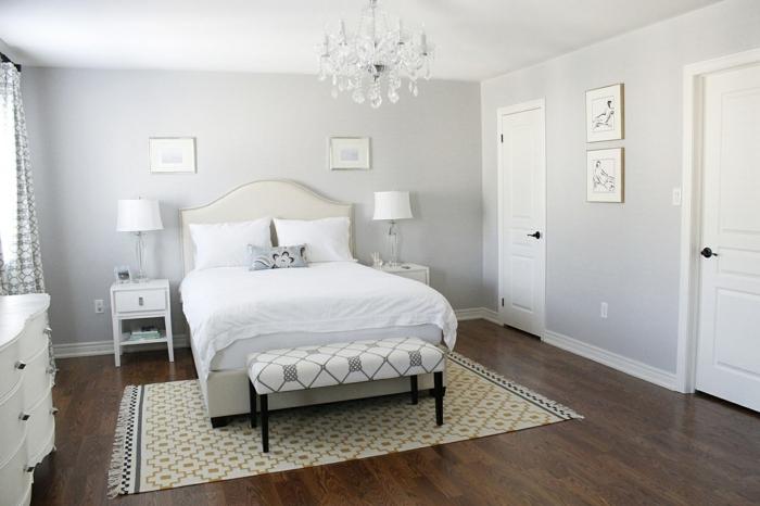 kleines Schlafzimmer, Bett mit weißer Bettdecke, Wandfarbe Hellgrau