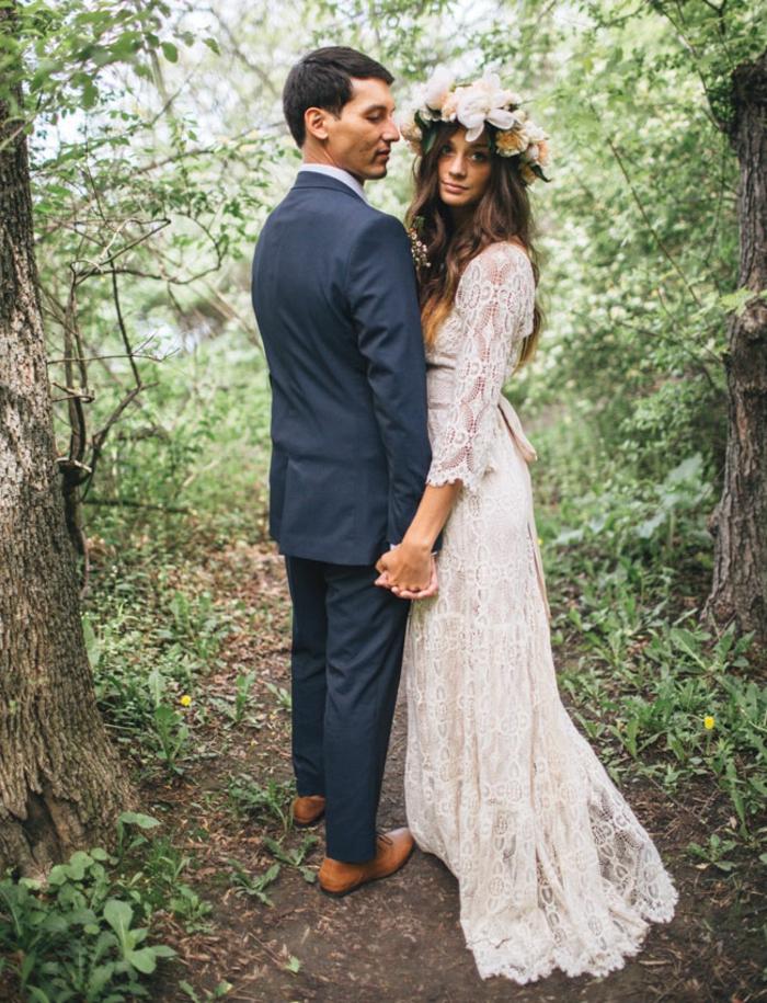 ein Brautpaar im Park, grüne Blätter, Spitzen vintage Hochzeitskleid, Blumen im Haar