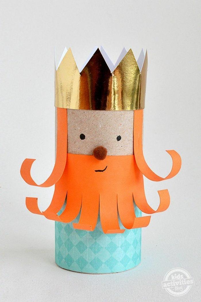 eine goldene Krone, orange Bart, blaue Gewände, Pompom Nase, Basteln mit Toilettenpapierrollen