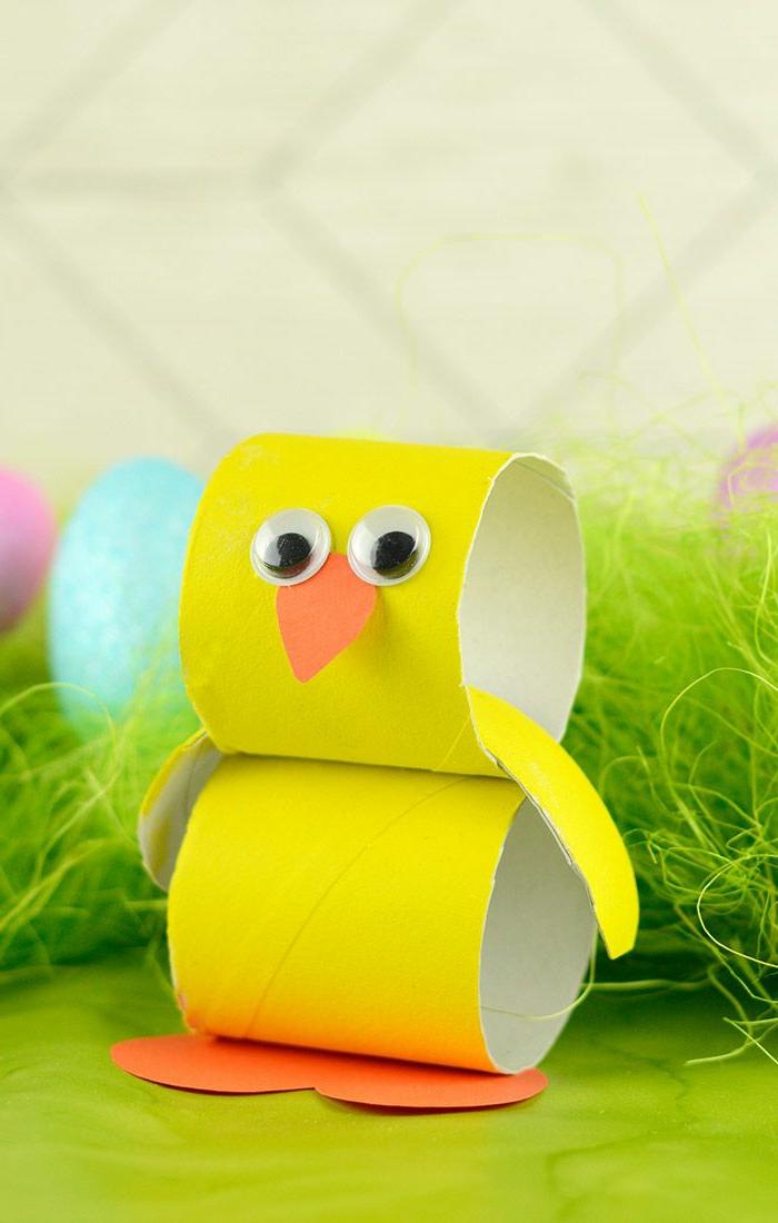 ein Küken basteln aus Toilettenpapierrollen, Googly Augen und orange Schnabel